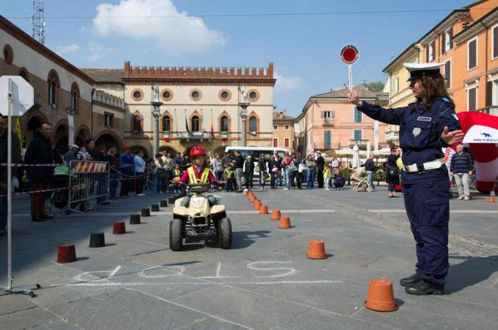 Sanremo i ragazzi delle scuole a lezione con la polizia - Art 79 codice della strada pneumatici diversi ...